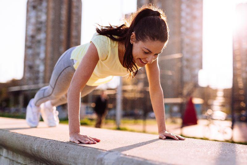 Las flexiones son 10 ejercicios que puedes hacer en cualquier lugar para quemar grasa en los brazos.