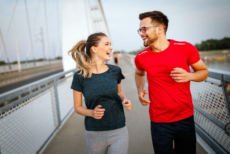 Trotar o caminar son de los 10 ejercicios que puedes hacer en cualquier lugar para quemar grasa.