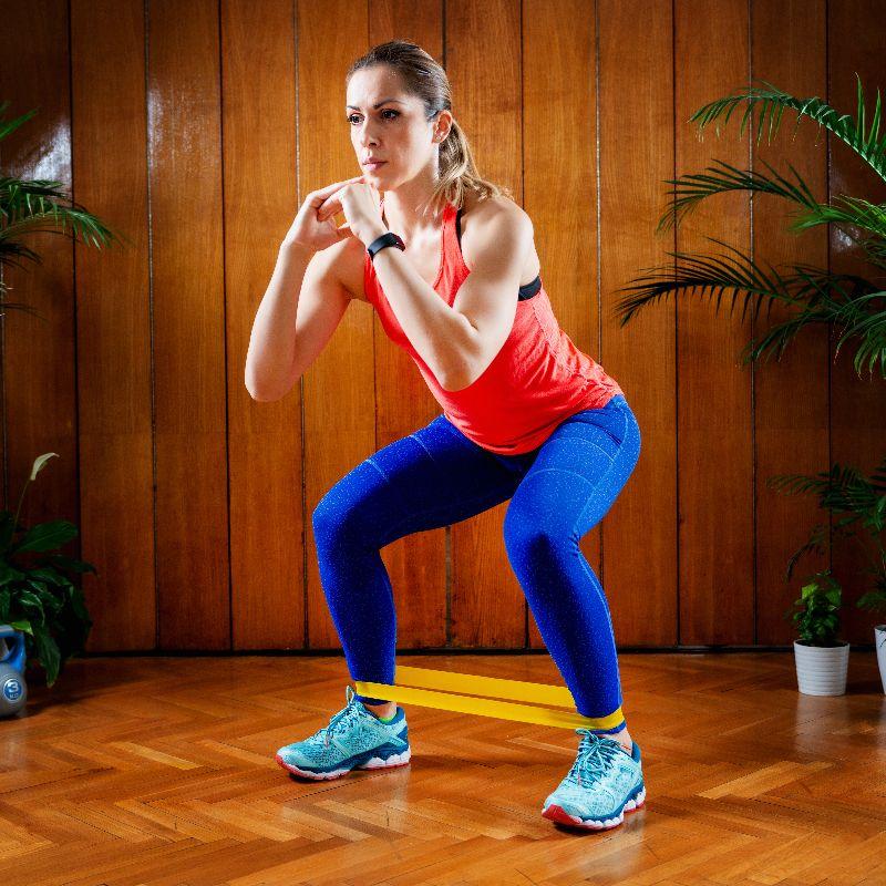 Trabaja tu rutina fitness con el material que tengas disponible.