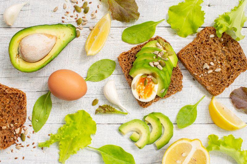 Una ensalada con pan integral es buena opcion para mantener la energia y bajar de peso.
