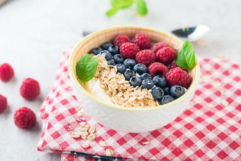 Una ensalada de frutas con yogurt es una buena idea para el desayuno.