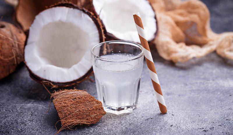 El agua de coco puede servirte de hidratación.