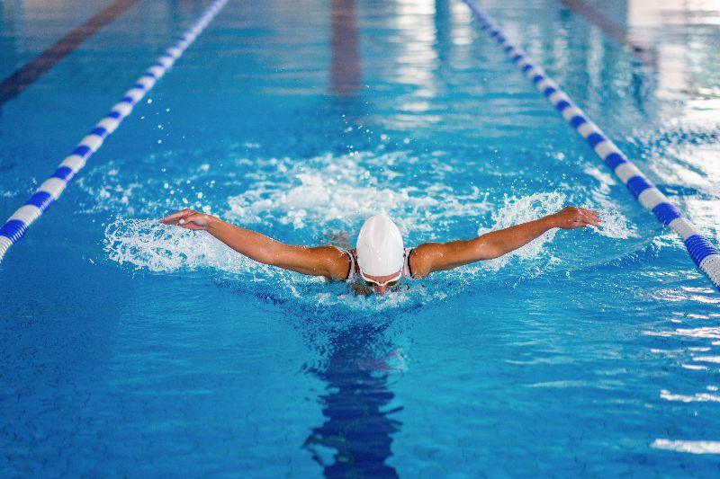 La natación es un deporte completo con el cual trabajaras brazos, espalda, piernas