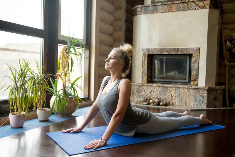 Yoga en casa: postura de la cobra