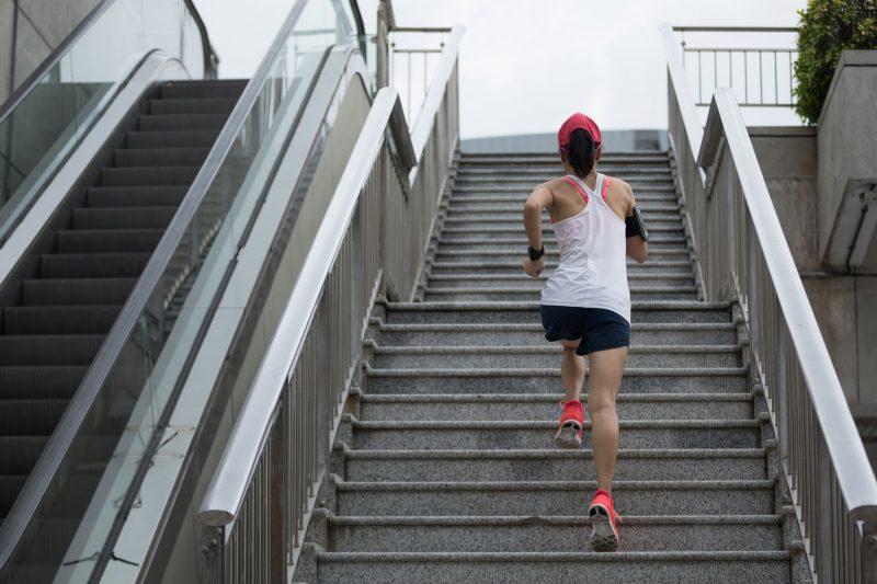 Aprovecha todas las escaleras que puedas, le harán bien a tus piernas y glúteos.