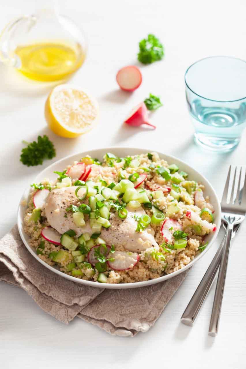 Elabora paso a paso rico plato; cuscús con pollo, verduras y cúrcuma.