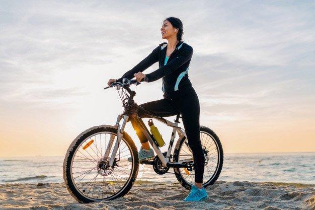 con bicicleta en la playa
